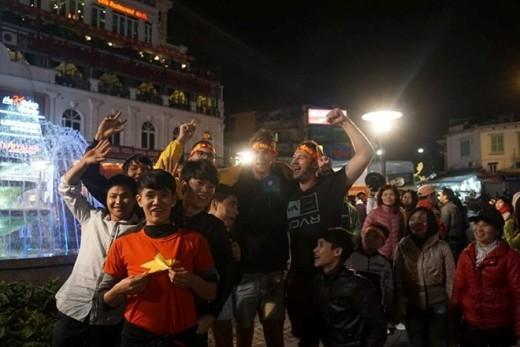 CĐV Việt Nam và khách Tây cùng nhau ăn mừng chiến thắng 2-1 của Văn Quyết và các đồng đội.