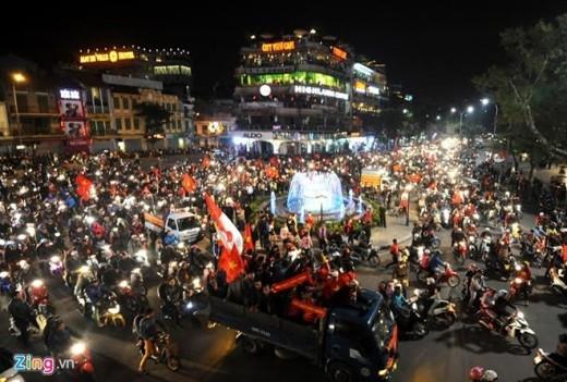 Dù gần nửa đêm nhưng biển người vẫn phủ kín khu vực Hồ Gươm, Hà Nội