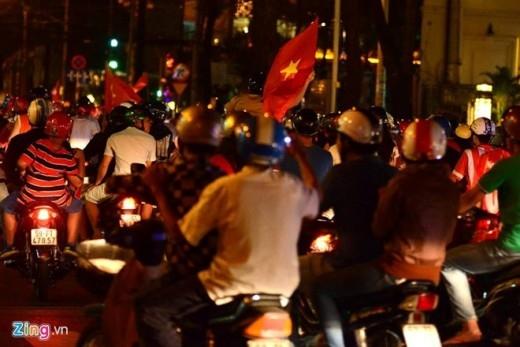Biển người đổ dồn ra các con phố trung tâm Sài Gòn ăn mừng chiến thắng của thầy trò HLV Miura.