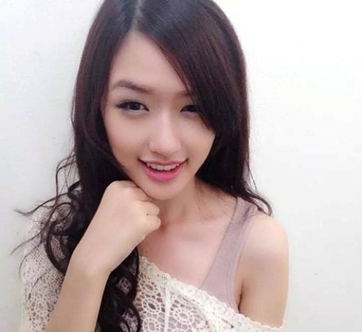 Không chỉ sở hữu nhiều nét tương đồng trên gương mặt với Hoa hậu Việt, Phương Chi còn sở hữu thân hình đạt chuẩn với nước da trắng và chiều cao 1m71. Cô từng cho biết Mai Phương Thúy là một trong những Hoa hậu có cả tài năng và sắc đẹp nên nếu ai nói mình giống cô ấy thì cũng có phần tự hào.