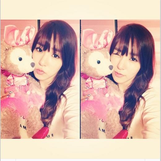 Tiffany khoe gấu đeo nơ hồng do fan tặng và cũng háo hức trước thềm concert Tokyo Dome được diễn ra