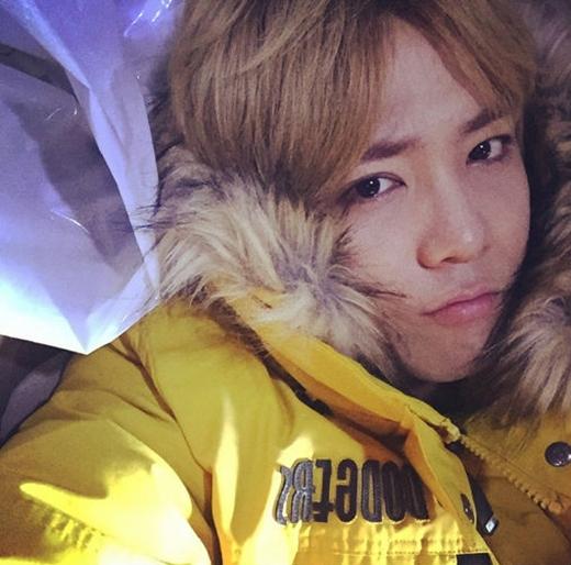 Lee Hong Ki cau có khi trời quá lạnh, anh khoe gương mặt khó chịu của mình và chia sẻ: 'Lạnh quá, thật sự rất lạnh'.