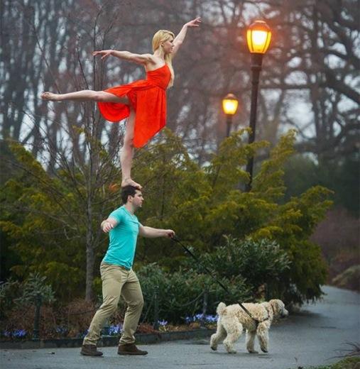 Vẫn thăng bằng dù đang dắt chó đi dạo