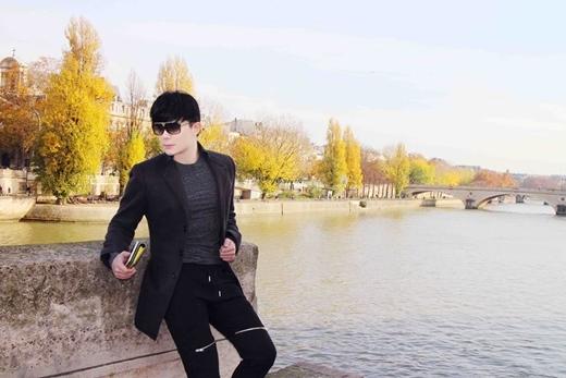 Nathan Lee khá hài hước khi mới đăng hình ảnh mới nhất của mình ở Pháp cùng dòng chia sẻ :'Nathan Lee lồng lộn dạo chiều bến Chương Dương'.