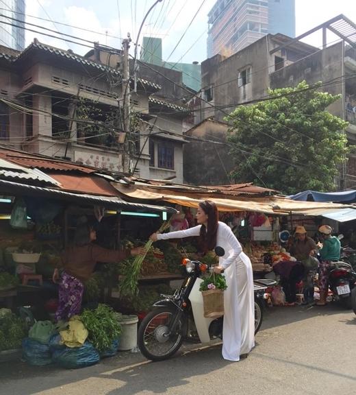 Trương Ngọc Ánh dịu dàng, thanh lịch trong tà áo dài đi chợ mua rau , cô chia sẻ :'Hôm nay Hương Ga đi mua rau về nấu lẩu gà, có ai muốn ăn không?'.