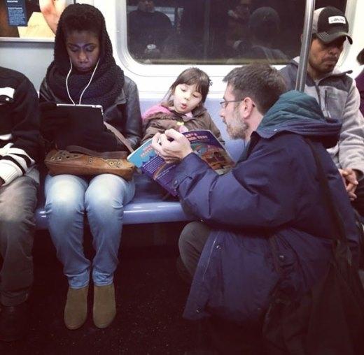 Ông bố kể chuyện cho con nghe trên tàu điện ngầm