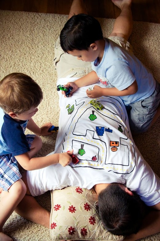 Vừa lấy lưng làm bàn chơi cho con, vừa tranh thủ ngủ được một giấc cũng hợp lí chứ nhỉ