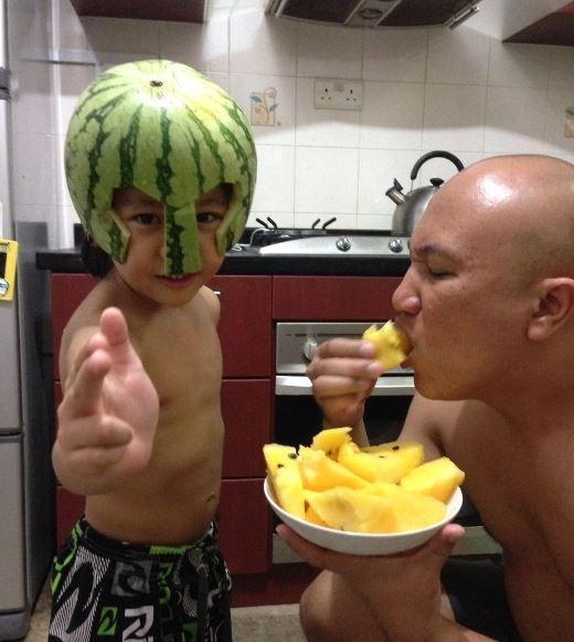 Bố phải ráng ăn dưa hấu để làm nón bảo hiểm cho con