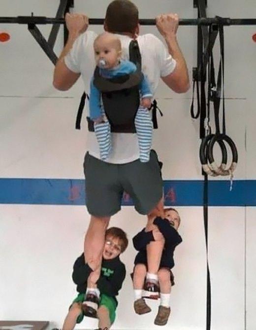 Cách tập thể dục cực kì hiệu quả. Vừa tập, vừa trông con