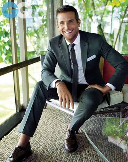 Bradley Cooper, một chàng trai lịch lãm với đôi mắt xanh quyến rũ và nụ cười mê hoặc lòng người.