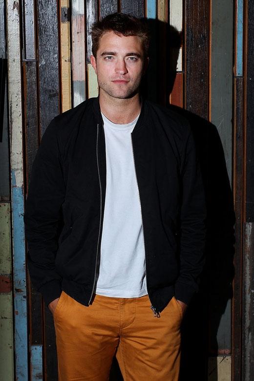 Robert Pattinson càng ngày càng trở nên quyến rũ hơn so với những ngày đầu gia nhập làng giải trí.