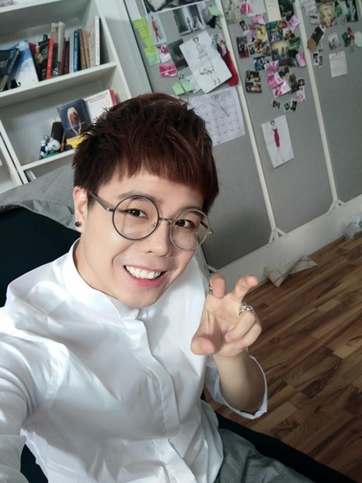 Trịnh Thăng Bình tạo dáng khá nhí nhảnh cùng cặp kính không độ giọng ca Người Ấy chia sẻ :'Chào...Em là nhân viên văn phòng cute'.