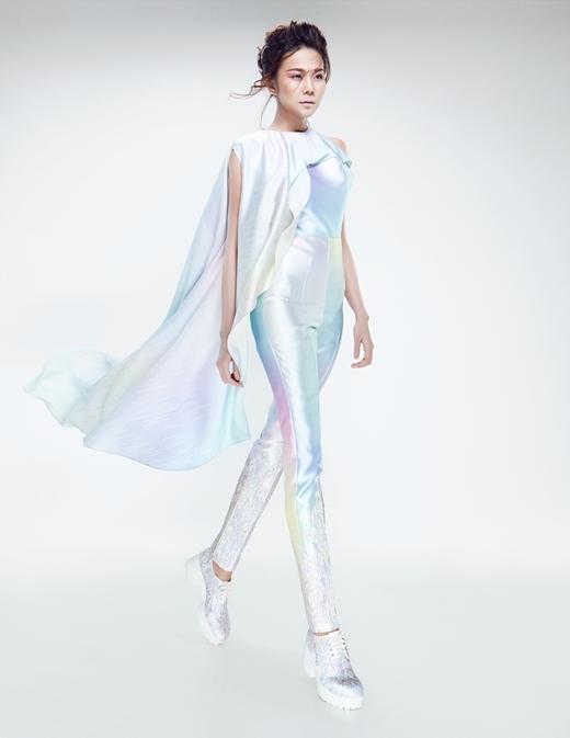 Tông màu chủ đạo có sự biến chuyển từ gam trung tính đến ngũ sắc (hồng-vàng-lục-lam-tím) kết hợp độ bóng của chất liệu tạo hiệu ứng ánh hào quang mang cảm hứng vị lai – futuristic.