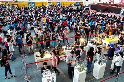 Rất đông các bạn trẻ tụ tập trong khu vực theo dõi thi đấu Liên Minh Huyền Thoại trực tiếp - Photo by Quỷ Cốc Tử