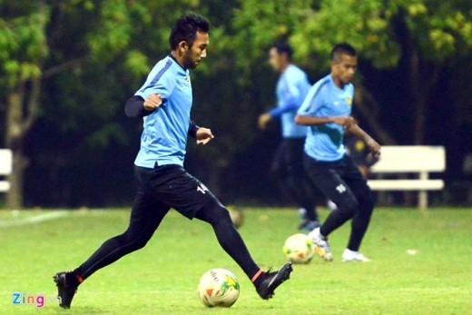 Các cầu thủ Malaysia làm quen với bóng trước khi bước vào bài tập chiến thuật. Lúc này cũng là lúc lực lượng an ninh không cho phép truyền thông Việt Nam ghi hình.