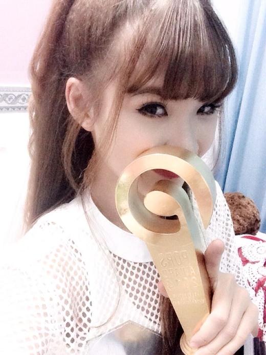Khởi My là một trong những ca sĩ được nhận cúp vàng của một giải thưởng về sản phẩm âm nhạc trực tuyếncác fan của bé Zoi rất tự hào về thần tượng của mình các fan còn có những bình luận nhắn nhủ đến nữ ca sĩ :'Đừng cạo vàng nha chị'.