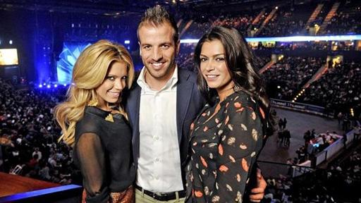 Chia tay Sylvie, Van der Vaart yêu bạn thân của vợ cũ (phải)