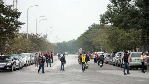 Hầu hết các con phố quanh khu vực sân vận động đều bị chiếm dụng thành bãi gửi xe.