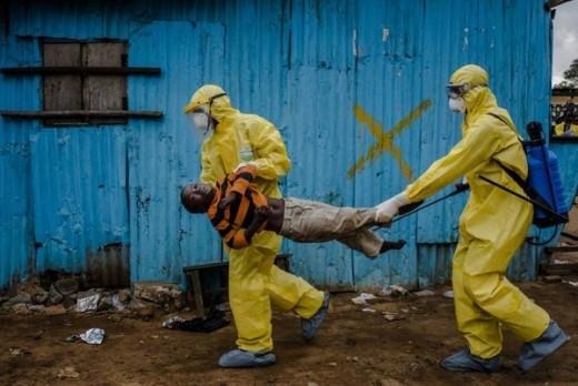 Trong năm vừa qua đại dịch Ebola bùng phát khiến cả thế giới khiếm sợ nó đã cướp đi sinh mạng của hàng nghìn người dân trên thế giới. Bức ảnh trên được nhiếp ảnh gia Daniel Berehulak thực hiện khi có mặt tại vùng tâm dịch Ebola, Monrovia, Liberia ngày 5/9/2014 lọt vào 10 tấm ảnh năm 2014 do tạp chí Time bình chọn. Nhiếp ảnh gia chia sẻ 'Tôi đã đi theo 1 đội nhân viên y tế tới khu vực người dân sinh sống và ở đó, tôi nhìn thấy cậu bé James Dorbor (8 tuổi) đang nằm dưới nền đất bẩn thỉu. Lúc đó, cha cậu bé, ông Edward đang cố gắng cho con uống sữa nhưng James không thể uống được chút gì. Khoảng 3 giờ sau đó, sức khỏe của James dần xấu đi, rồi sau đó cậu bé nằm bất động và cha cậu gào lên đau đớn. Mặc dù nhiều người xung quanh tưởng cậu bé đã ra đi nhưng thân mình nhỏ bé lại nhúc nhích yếu ớt. Dù được nhân viên y tế đưa tới trung tâm điều trịEbolanhưng Dorbor tử vong vài ngày sau đó'.