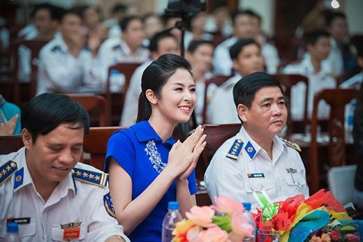 Hoa hậu Ngọc Hân cũng dành thời gian đến giao lưu và tặng quà tại Bộ tư lệnh cảnh sát biển 2. - Tin sao Viet - Tin tuc sao Viet - Scandal sao Viet - Tin tuc cua Sao - Tin cua Sao