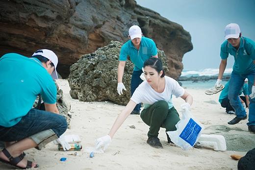 Và cùng mọi người thực hiện những hành động như nhặt rác bên bờ biển. - Tin sao Viet - Tin tuc sao Viet - Scandal sao Viet - Tin tuc cua Sao - Tin cua Sao