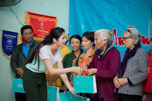 Hoa hậu Ngọc Hân đại diện gửi tặng 100 triệu đồng cho 100 hộ dân nghèo. - Tin sao Viet - Tin tuc sao Viet - Scandal sao Viet - Tin tuc cua Sao - Tin cua Sao