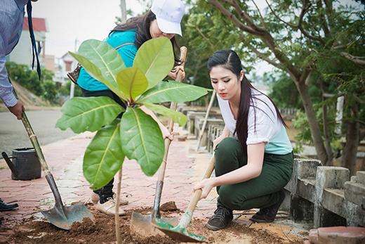 Hoa hậu Ngọc Hân cũng dành thời gian để tuyên truyền, vận động và kêu gọi mỗi hộ trồng thêm một cây xanh. - Tin sao Viet - Tin tuc sao Viet - Scandal sao Viet - Tin tuc cua Sao - Tin cua Sao
