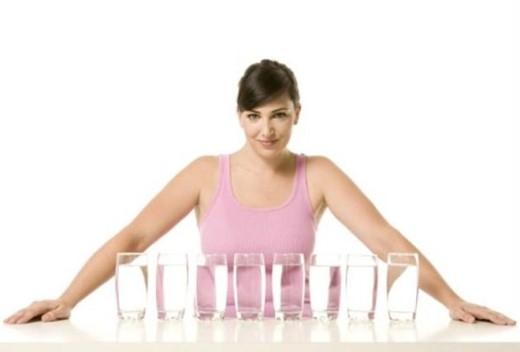 2. Luôn luôn uống 8 ly nước mỗi ngày: Mặc dù lượng nước cần thiết đối với mỗi người khác nhau. Lượng nước cơ thể cơ thể cần phụ thuộc vào kích thước và trọng lượng của mỗi người. Bạn cũng nên trừ hao lượng nước từ các loại thực phẩm giàu nước và trái cây, dù chúng không thể thay thế nước hoàn toàn.