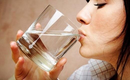 6. Không uống nước trước khi đi ngủ: Uống một lượng nước nhỏ trước khi ngủ có tác dụng làm nhuận đường hô hấp, máu tuần hoàn tốt hơn từ đó khiến bạn ngủ ngon hơn, mặt khác khi bạn ngủ cơ thể sẽ rất dễ bị mất nước khiến các hệ cơ quan hoạt động uể oải, thiếu nhịp nhàng về lâu dài có thể gây hại sức khỏe rất trầm trọng.