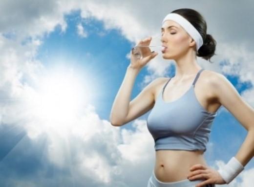 9. Uống nhiều nước sau vận động: Uống nước ngay sau khi tập thể dục hoặc chơi thể thao sẽ tạo áp lực cho tim và ảnh hưởng đến các bộ phận khác của cơ thể. Do đó, hãy nghỉ ngơi một chút rồi uống nước để bù đắp lượng nước đã mất qua mồ hôi.