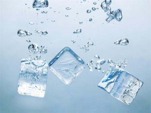 11. Uống nước quá lạnh: Làm giảm hoạt động của các tuyến tiết dịch, dẫn đến tình trạng khô, rát họng, viêm họng. Ngoài ra còn làm các vi mạch máu trong dạ dày bị co thắt đột ngột, làm giảm chức năng tiêu hóa, dẫn đến các bệnh như đau bụng, tiêu chảy.