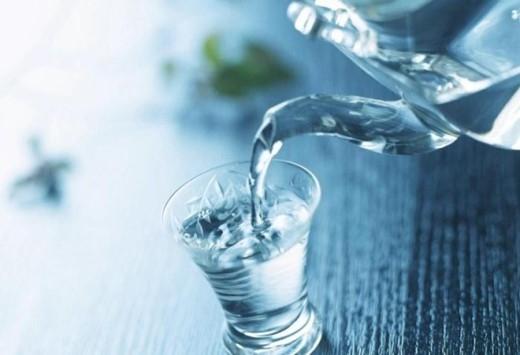 15. Không uống nước ngay khi ăn quá mặn: Ăn quá mặn có thể làm tăng huyết áp, sưng miệng, giảm cảm giác thèm ăn… Vì vậy sau khi ăn đồ ăn mặn điều cần làm trước tiên là phải uống nước lọc.