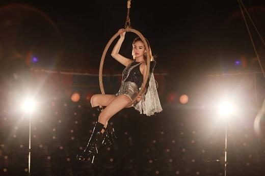 Mới ra mắt MV Ngày anh đi,Minh Hằngđã nhận được nhiều phản hồi tích cực từ khán giả. Trong MV dường như cô đã lột xác so với các hình ảnh trước đây, trôngbé Heo càng ngày càng xinh đẹp và quyến rũ.