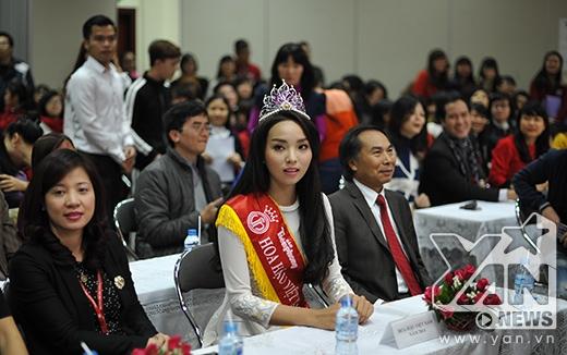 Hoa hậu Việt nam 2014 thu hút rất đông sự chú ý của các bạn sinh viên - Tin sao Viet - Tin tuc sao Viet - Scandal sao Viet - Tin tuc cua Sao - Tin cua Sao