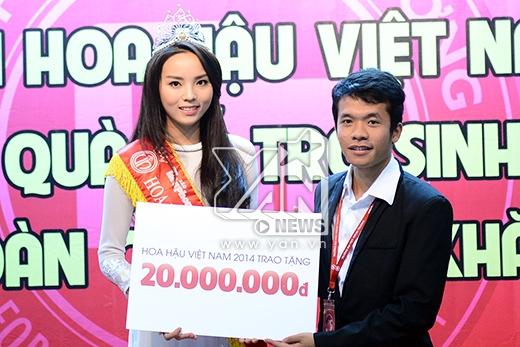 Hoa hậu cũng gửi tặng 20 triệu đồng để trao học bổng cho những sinh viên có hoàn cảnh khó khăn của trường - Tin sao Viet - Tin tuc sao Viet - Scandal sao Viet - Tin tuc cua Sao - Tin cua Sao