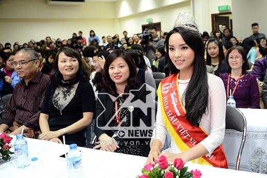 Bố mẹ Kỳ Duyên cũng có mặt cùng con gái - Tin sao Viet - Tin tuc sao Viet - Scandal sao Viet - Tin tuc cua Sao - Tin cua Sao