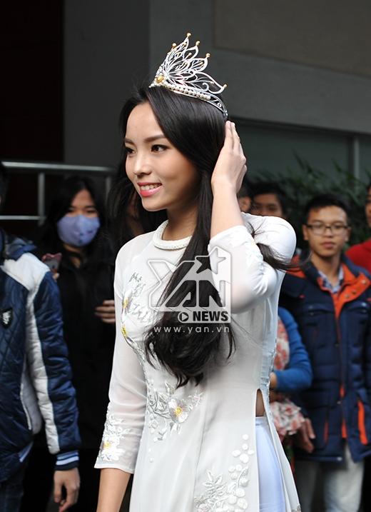 Hoa hậu Việt Nam 2014 lần đầu trở về thăm trường Đại học Ngoại Thương sau khi đăng quang - Tin sao Viet - Tin tuc sao Viet - Scandal sao Viet - Tin tuc cua Sao - Tin cua Sao