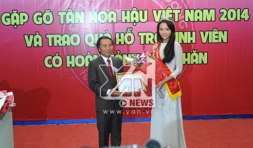 Nguyễn Cao Kỳ Duyên nhận bằng khen do ban giám hiệu trường Đại học Ngoại Thương trao tặng - Tin sao Viet - Tin tuc sao Viet - Scandal sao Viet - Tin tuc cua Sao - Tin cua Sao