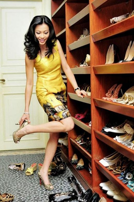 Ngô Mỹ Uyên phân giày dép thành nhiều ngăn và từng loại khác nhau. - Tin sao Viet - Tin tuc sao Viet - Scandal sao Viet - Tin tuc cua Sao - Tin cua Sao