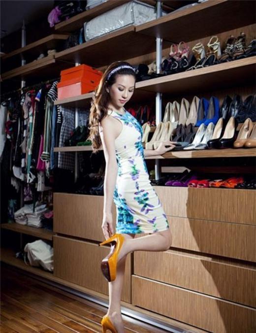 Hoa hậu Thu Hoài sở hữu tủ đồ sang trọng, trong đó có nhiều ngăn đựng giày. - Tin sao Viet - Tin tuc sao Viet - Scandal sao Viet - Tin tuc cua Sao - Tin cua Sao