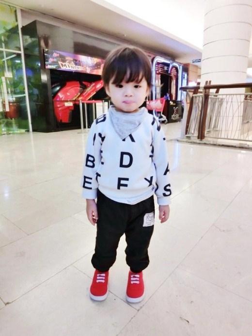 Bé Zihin cũng được mẹ lựa chọn cho những bộ trang phục rất thời trang, khiến nhiều bà mẹ thường xuyên theo dõi trang cá nhân của cô Abigail Lim để học tập cách chọn trang phục cho con