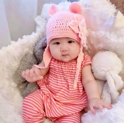 Còn cô con gái nhỏ Azalea cũng rất được mọi người yêu thích vì vẻ ngoài xinh xắn, bụ bẫm đáng yêu của mình