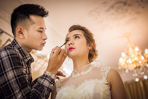 Chuyên gia trang điểm Hoàn Khang là một người bạn rất thân của cô dâu Huyền Lizzie - Tin sao Viet - Tin tuc sao Viet - Scandal sao Viet - Tin tuc cua Sao - Tin cua Sao
