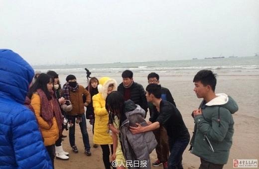 Cô gái được cứu lên bờ.