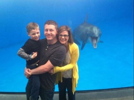 Gia đình nhỏ cùng chú cá heo tại Thủy cung Quốc giaBaltimore.