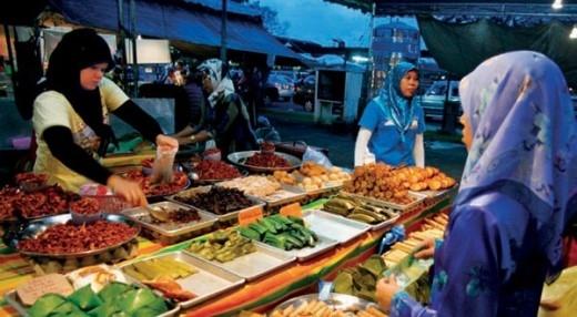 Chợ đêm Gadong luôn tấp nập, người dân đến đây chủ yếu mua đồ ăn nhanh. Ảnh Cebu smile