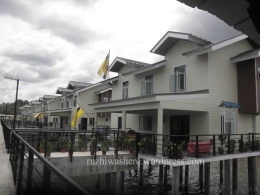 Mặc dù xây dựng trên sông nhưng những ngôi nhà được làm rất đẹp và hiện đại. Ảnh ruzhiwashere