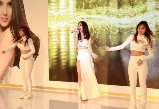 Nữ ca sĩ biểu diễn máu lửa cùng vũ đoàn, được khán giả cổ vũ nhiệt tình. - Tin sao Viet - Tin tuc sao Viet - Scandal sao Viet - Tin tuc cua Sao - Tin cua Sao