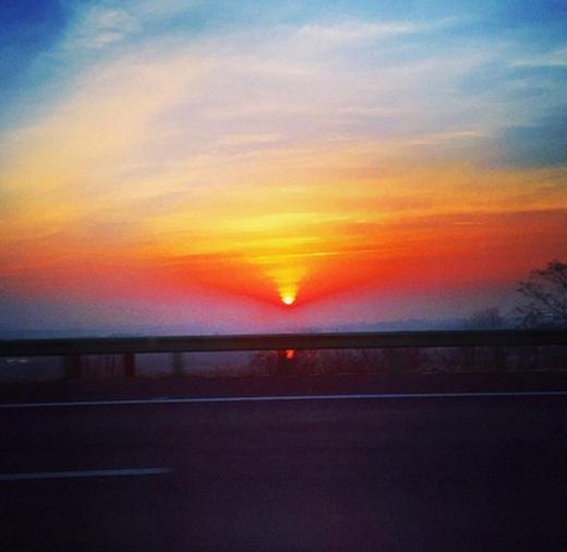 G-Dragon khoe hình mặt trời lặn cực đẹp, thu hút rất nhiều lượt thích của các fan.