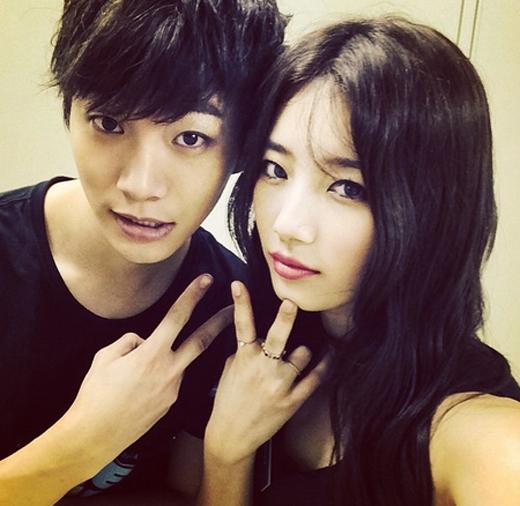 Suzy và Junho cực nhắng nhít trong hậu trường. Cô khoe hình và chia sẻ: 'Với người anh thương nhân...'.